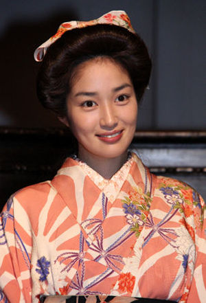 2014年4月、NHK連続テレビ小説『花子とアン』に出演