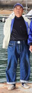 1年間デニムを履き続けた向島漁協組合長の田頭信親さん(72歳)