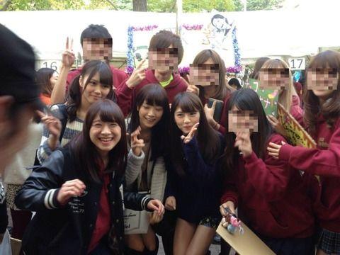 青学の一般学生たちと写真撮影する乃木坂46のメンバー