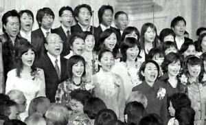 創価学会芸術部の歌を歌う高橋ジョージさん(後列左端)