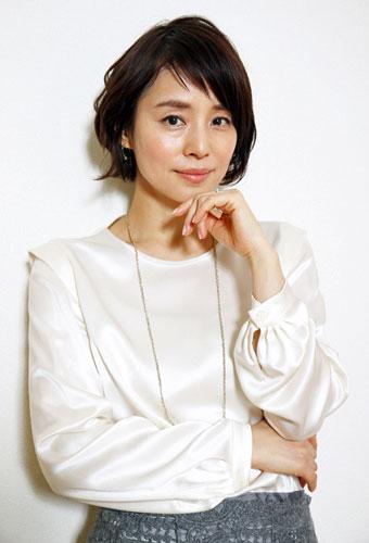 ロングネックレスの石田ゆり子