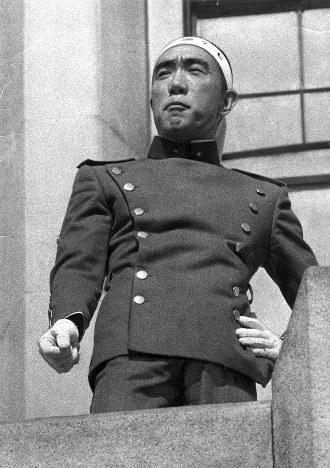 自衛隊市ヶ谷駐屯地バルコニーで演説する三島由紀夫さん
