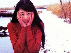 赤いセーターで頬を抑える栗山千明