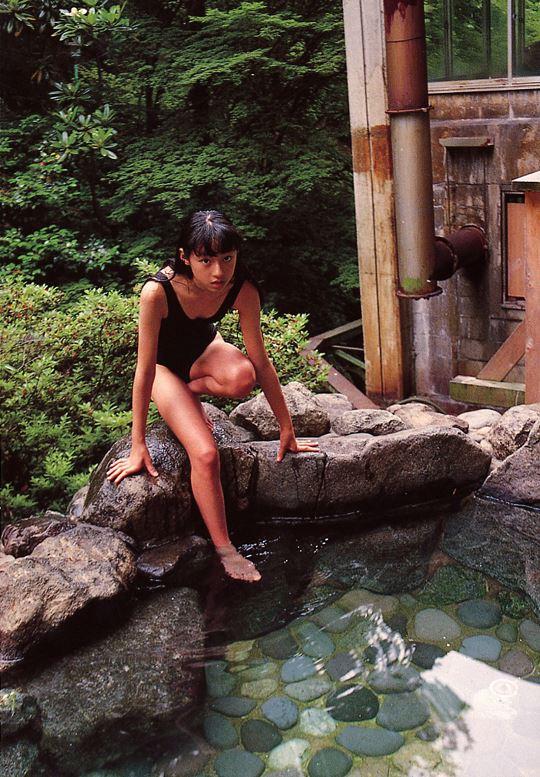 スクール水着姿で温泉に入る栗山千明