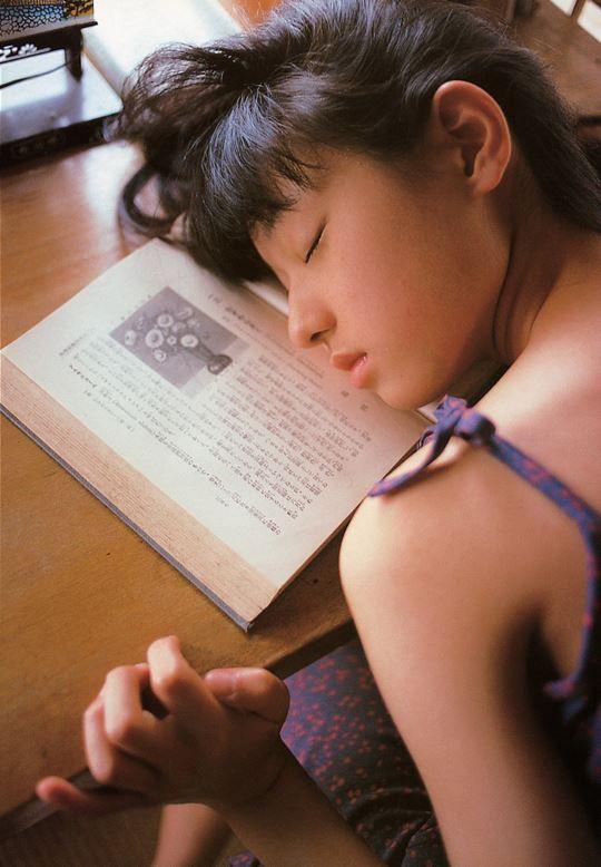 読書中に居眠りをする栗山千明