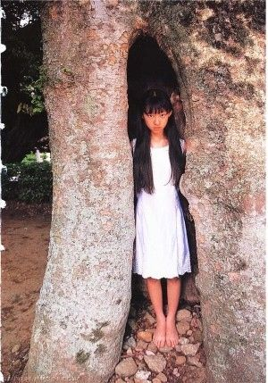 木の祠に隠れる栗山千明