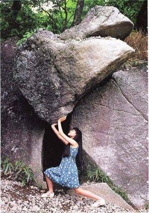 岩を持ち上げる(笑