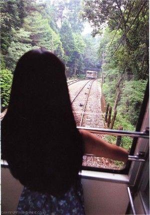 電車に乗る栗山千明
