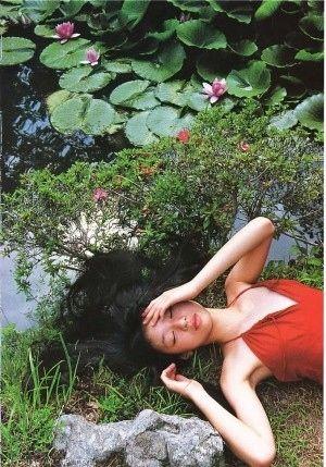 蓮の池の近くで寝そべる栗山千明