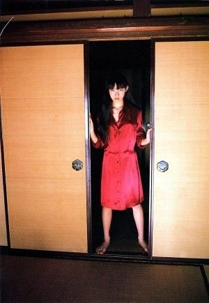 ふすまから覗く赤い服の美女