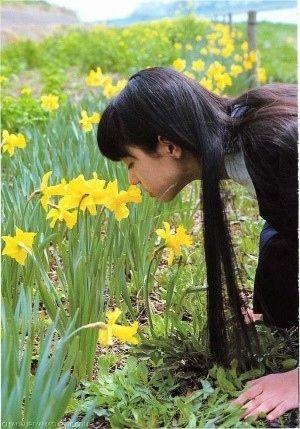 黄色い花の香りを嗅ぐ栗山千明