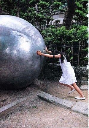 巨大な金属球を押す
