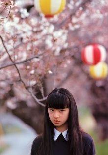 桜の木の下で哀しげな表情