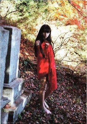 赤い布を巻いた栗山千明