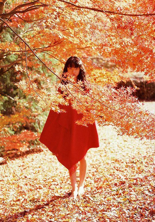 紅葉の中の栗山千明