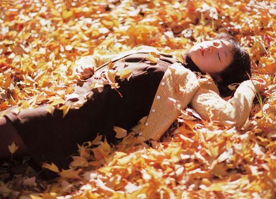 落ち葉の上で眠る栗山千明