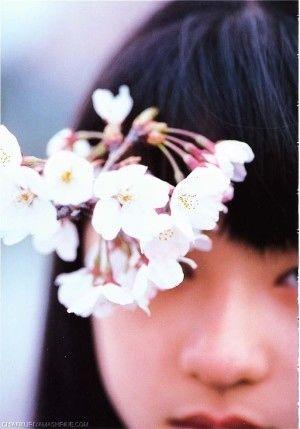 桜を見つめる栗山千明