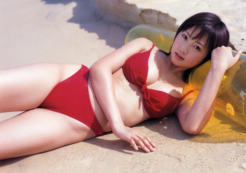 赤色ビキニで横たわる木南晴夏