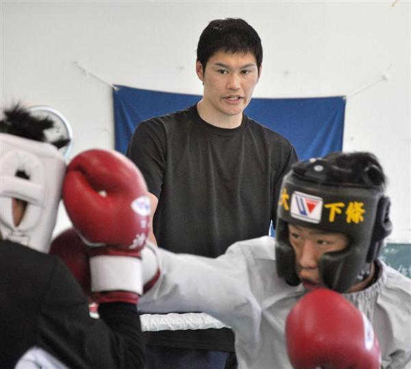 近大ボクシング部部員を指導する鈴木康弘