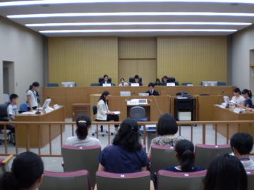 被告席で「名前はオオタニケンジ」「職業は森の妖精」と繰り返す