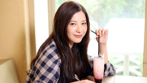 ジュースを飲んでいる吉高由里子