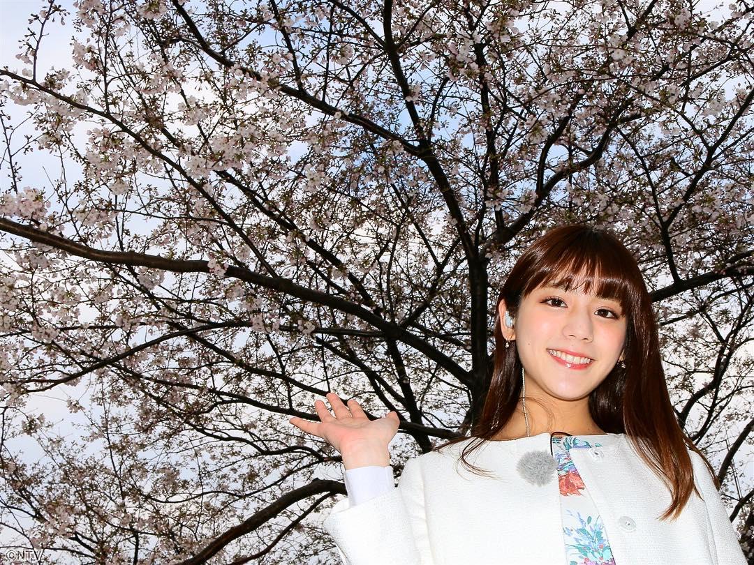 桜をバックに満開の笑顔の貴島明日香