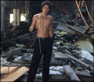 瓦礫と男性的な雰囲気溢れる鈴木伸之の高画質画像
